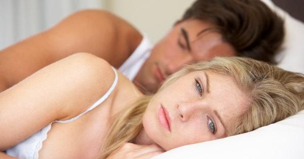 Smutna para leży w łożku